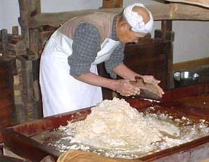和三盆糖の研ぎの風景。和三盆の名の由来通り、盆の上で何度も研いで蜜をもみだす。.jpg