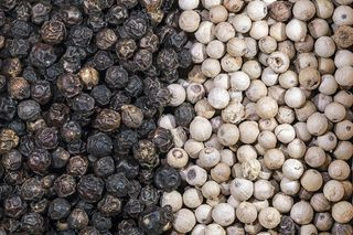 Piper_nigrum_Dried_fruits_with_and_without_pericarp_-_Penja_Cameroun.jpg